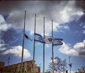 Banderas a media asta en el Ministerio de Relaciones Exteriores de Israel.