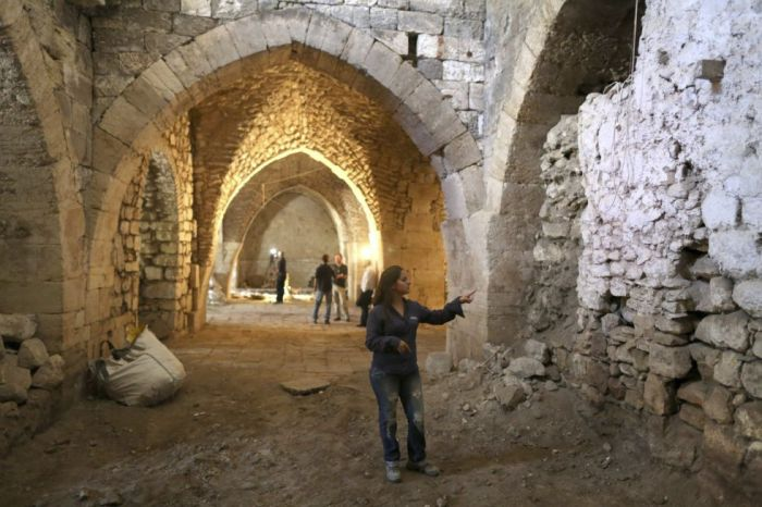 Renee Forestany, directora de la excavación de la Autoridad de Antigüedades de Israel (AAI), en el hospital de la época de las Cruzadas descubierto en Jerusalén. / ABIR SULTAN (EFE)